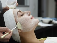 Kvinna får en Dermalogica ansiktsmask
